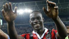 Mario Balotelli celebra la victoria en su debut con el Niza. (AFP)