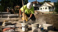 Un obrero mezcla cemento con agua (Foto: GETTY).
