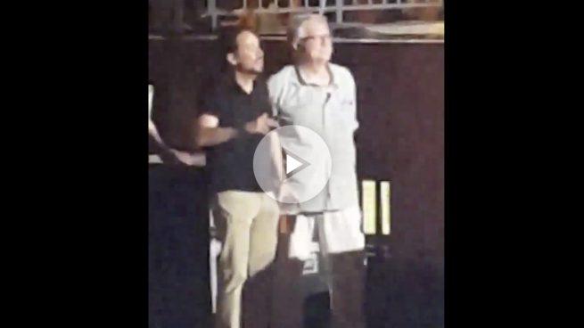 Iglesias bailó mini en mano en el concierto de Los Chikos del Maíz con Monereo y Espinar