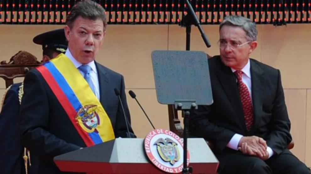 Juan Manuel Santos, en su toma de posesión como presidente, el 7 de agosto de 2010, con Uribe al fondo.