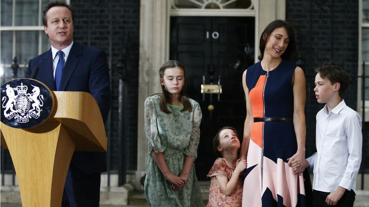 David Cameron y su familia, el día que abandonó el 10 de Downing Street. (Reuters)