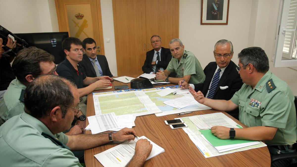 El director general de la Guardia Civil, Arsenio Fernández de Mesa, reunido con los responsables de las pesquisas sobre Diana Quer. (Foto: EFE)