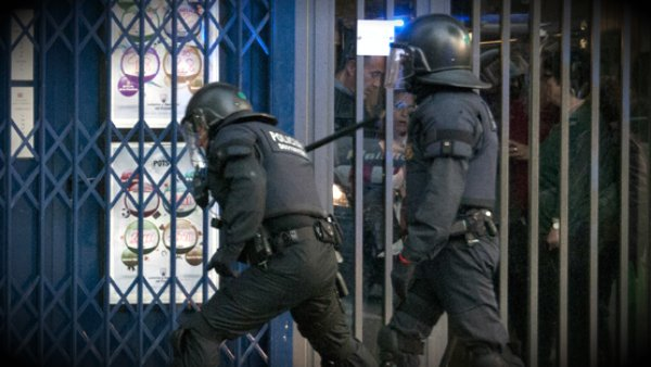 Unos mossos d'esquadra en plena intervención. (Pedro Mata /Flickr)