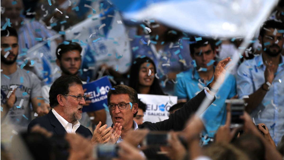 Mariano Rajoy y Alberto Núñez Feijóo, ante los seguidores del PP. (AFP)