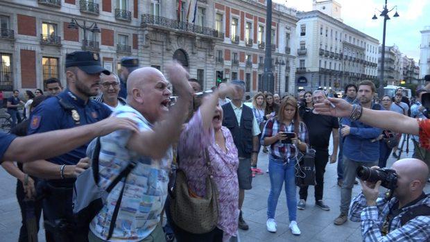 Momentos de tensión con intervención policial. (Foto: OKDIARIO)