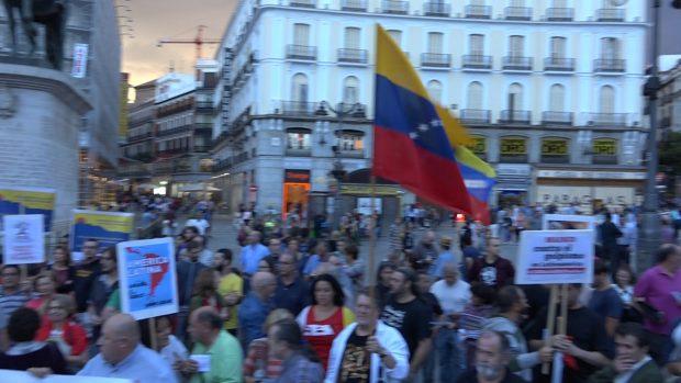 Manifestantes frente a la Real Casa de Correos. (Foto: OKDIARIO)
