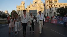 La alcaldesa Carmena visitando la plaza de Cibeles. (Foto: Madrid)