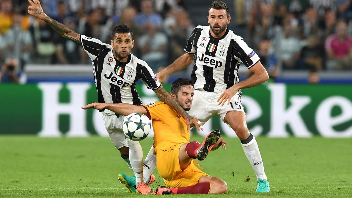 Sarabia lucha un balón durante el Juventus – Sevilla