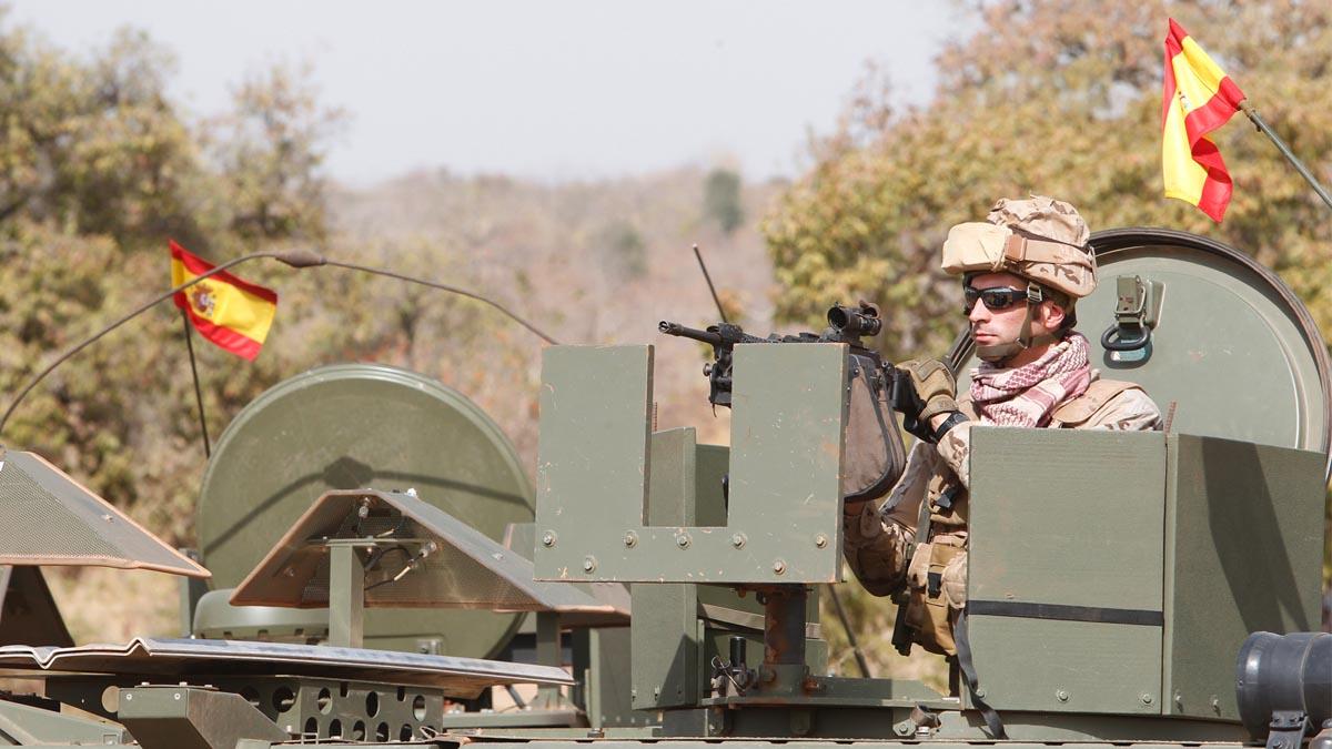 Un militar español en un vehículo blindado. (Foto: Defensa.es)