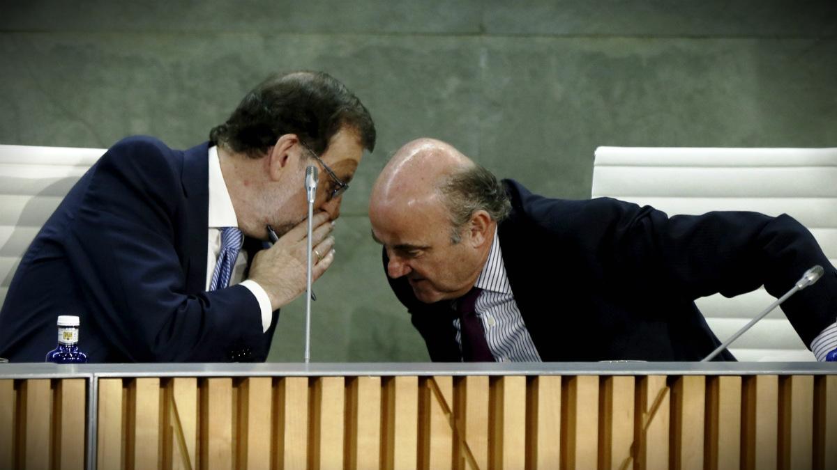 Mariano Rajoy y Luis de Guindos. (Foto: EFE)