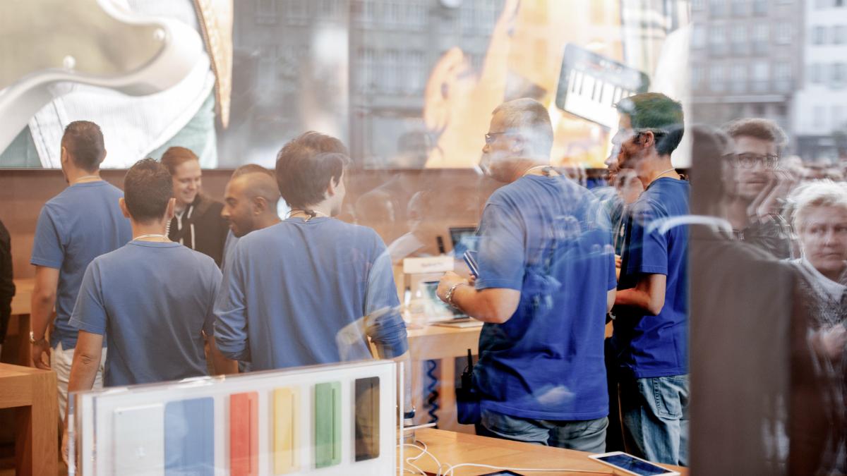 Clientes en una tienda de una conocida marca (Foto: GETTY/ISTOCK).