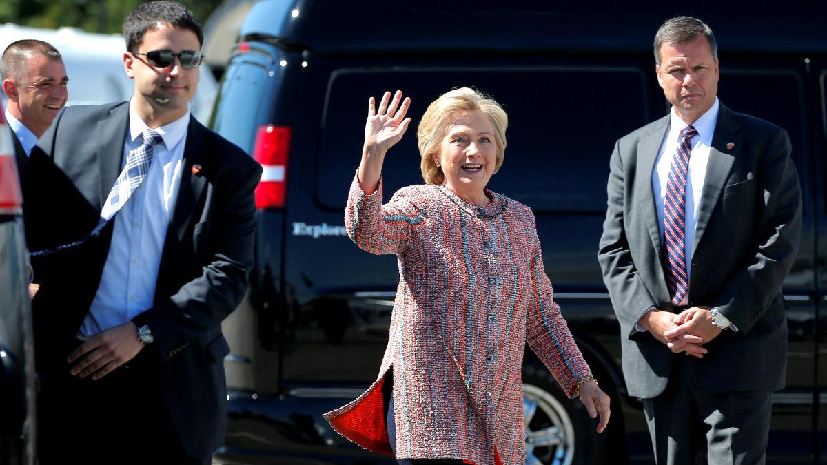Hillary Clinton saluda tras volver a la campaña electoral (Foto: Reuters).