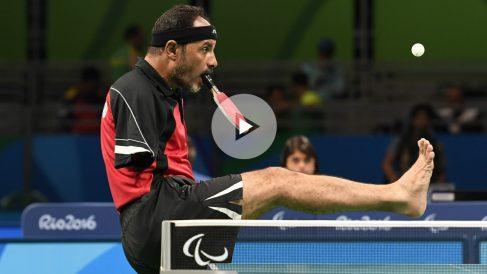 El egipcio Ibrahim Hamadtou jugando al tenis de mesa durante los Juegos Paralímpicos Río 2016. (AFP)