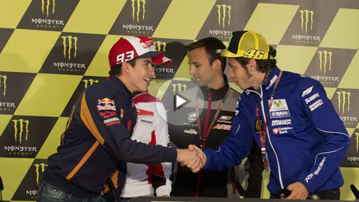 Marc Márquez y Valentino Rossi se estrechan la mano nuevamente. (Getty)