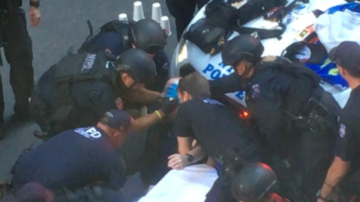 Policías de Nueva York tratan d mantener con vida al sospechoso al que habían abatido en la tarde de este jueves. (NYP)