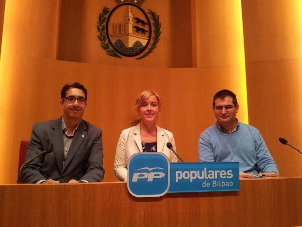 A la izquierda, el concejal del PP de Bilbao, Óscar Fernández.