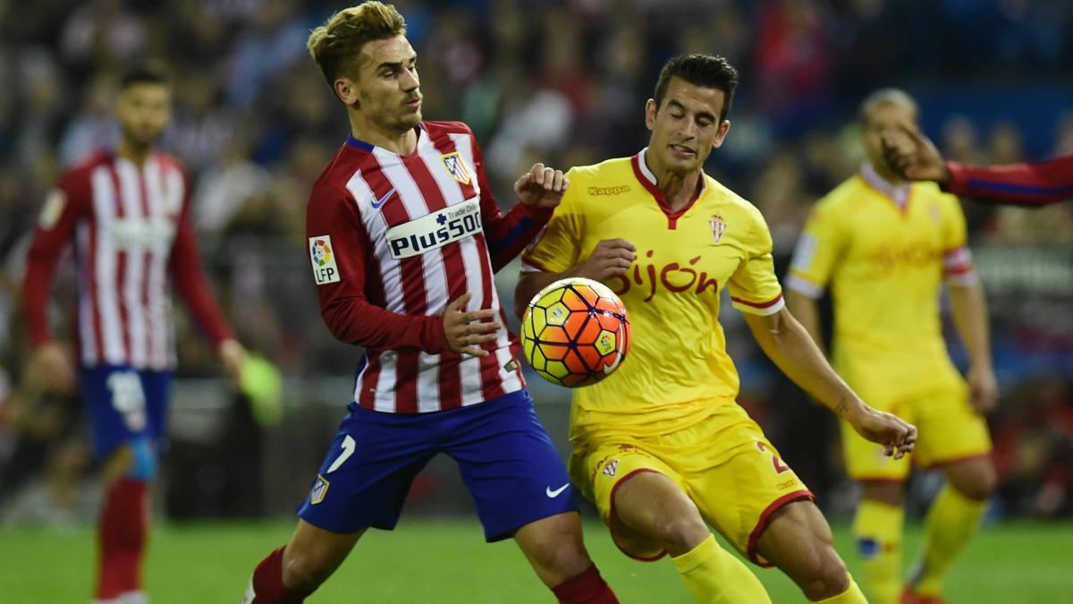 Antoine Griezmann y Luis Hernández pelean un balón en el Atlético de Madrid vs Sporting