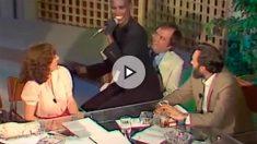 La cantante Grace Jones sentada sobre las rodillas del comisario Villarejo, en un programa de TVE de los años 80.