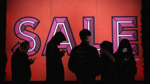 Compradores hacen cola en las rebajas. (Foto: Getty Images)