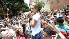 Lilian Tintori se dirige a los manifestantes. (Foto: AFP).