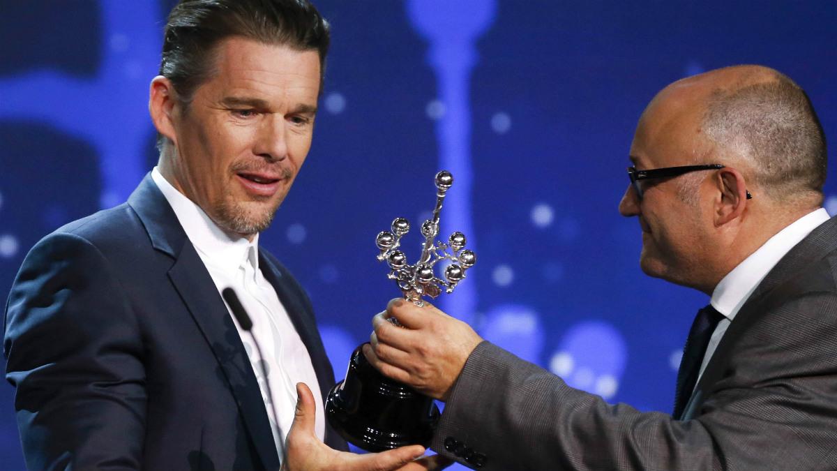 El actor Ethan Hawke recibe el Premio Donostia de manos de José Luis Rebordinos, director del Festival de San Sebastián. (EFE)