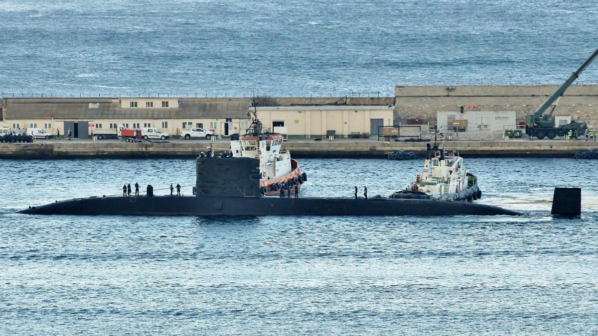 El submarino nuclear de la Armada Real Británica 'HMS Triumph' fondeando en el puerto gibraltareño.