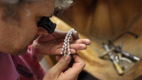 Un joyero calcula el valor de una pieza. (foto: Getty Images)