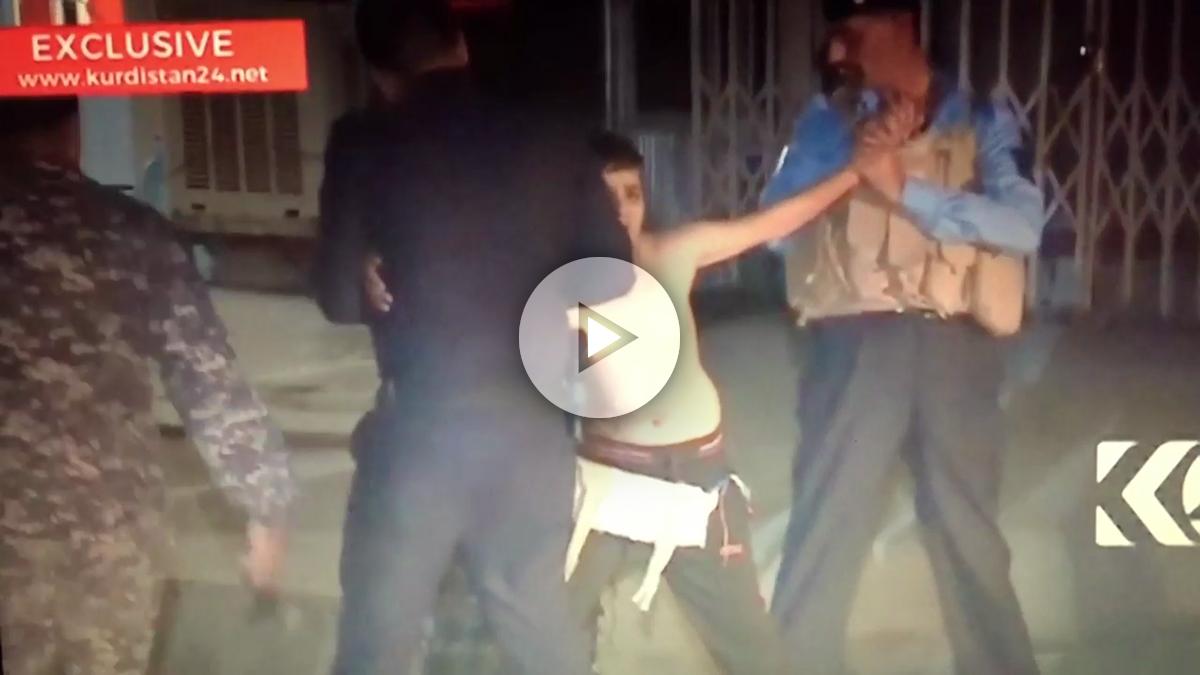 El niño iraquí llora desesperado mientras la policía iraquí de Kirkuk le libera del chaleco bomba que la puso el ISIS.