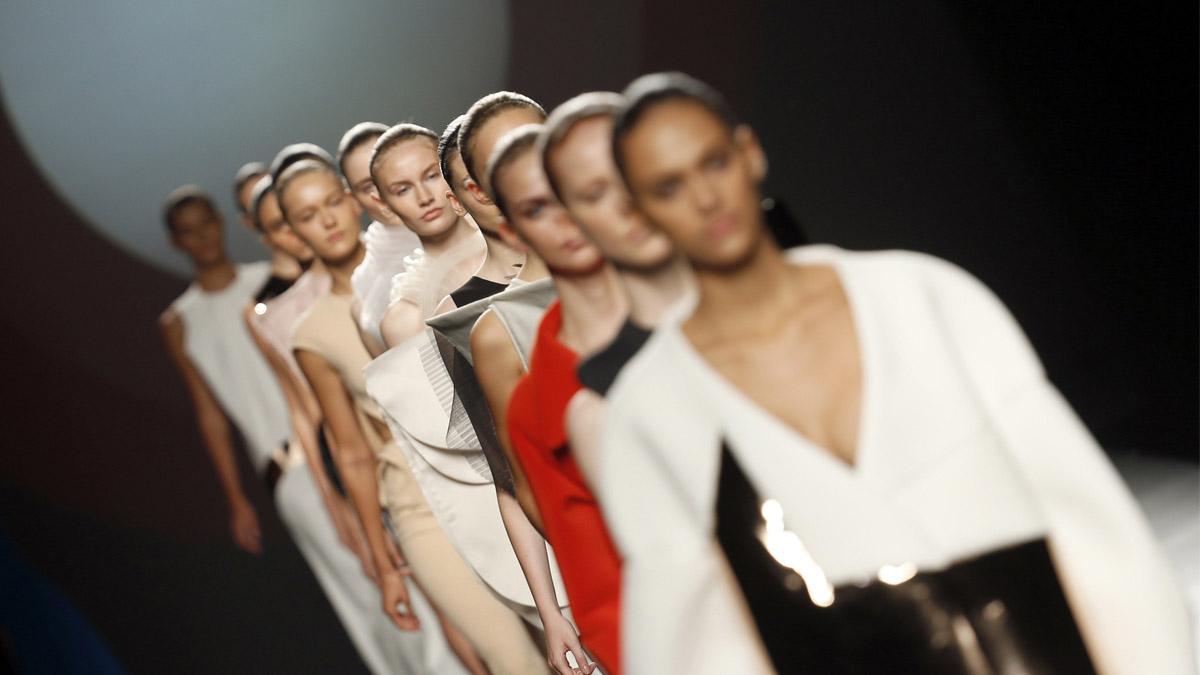 Modelos de la nueva colección de Amaya Arzuaga. (Foto: EFE)