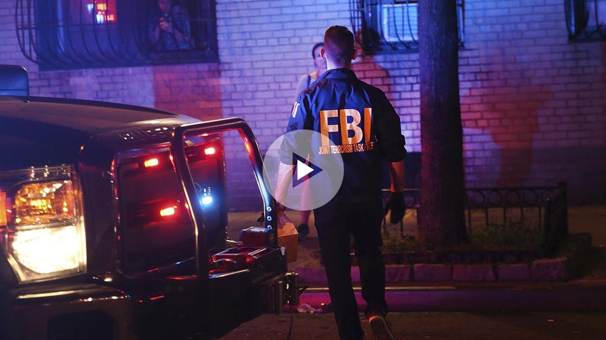 Un agente del FBI busca evidencias en el lugar de la explosión. (Foto: AFP)