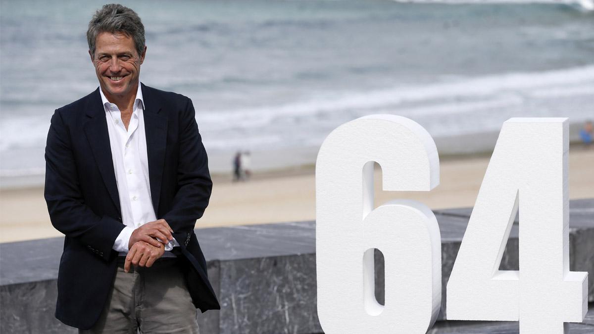 El actor británico Hugh Grant durante una sesión de fotos a su llegada al Festival de Cine de San Sebastián. (Foto: EFE)