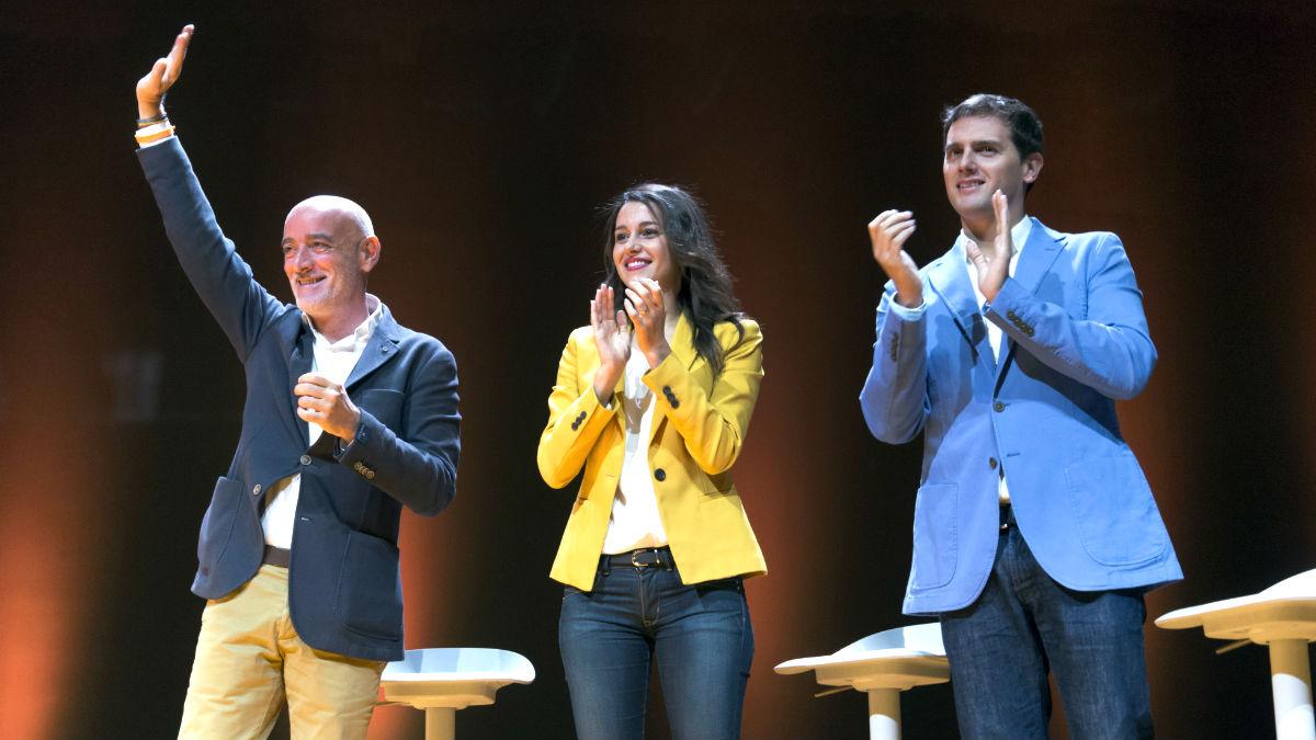 Nicolás de Miguel, Inés Arrimadas y Albert Rivera, este domingo en Vitoria (Foto: Efe).