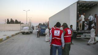 Un convoy de ayuda humanitaria de la Media Luna Roja siria, en Alepo. (Getty)