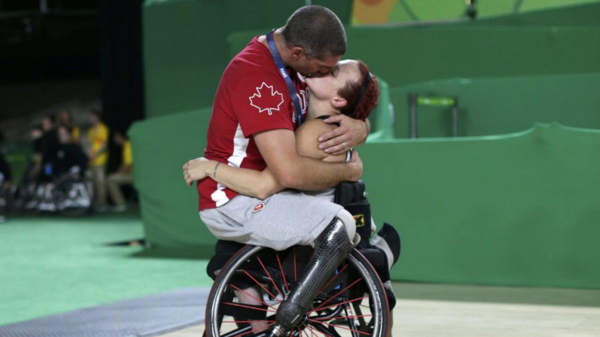 Adam Lancia y Jamey Jewells se funden en un emotivo abrazo.
