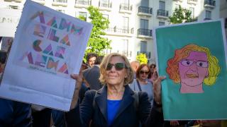 La edil Carmena con sus carteles de ilustraciones de la campaña electoral. (Foto: AM)