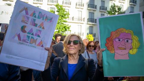 Manuela Carmena con carteles de ilustradores ahora contratados. (Foto. AM)