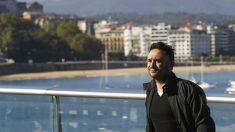J. A. Bayona posa frente a la bahía de La Concha en el Festival de Cine de San Sebastián. EFE