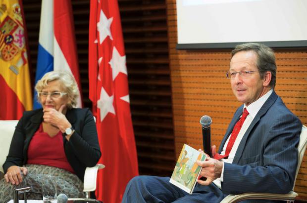 La exjueza con el embajador holandés. (Foto: Madrid)
