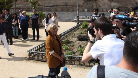 La alcaldesa Carmena en unos jardines. (Foto: AM)