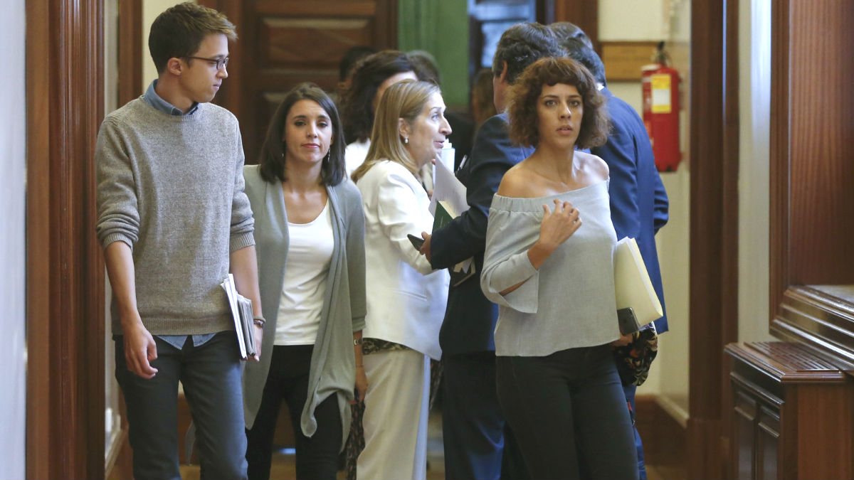 Los diputados de Podemos Íñigo Errejón (i), Irene Montero (2i) y Alexandra Fernández (d), pasan ante la presidenta de la Cámara, Ana Pastor (3i), a su salida de la reunión de la Junta de Portavoces celebrada hoy en el Congreso (Foto: Efe)