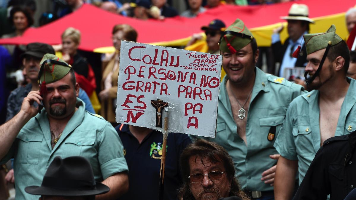 Marcha de Legionarios hace unos meses sobre Ada Colau. (Foto: AFP)