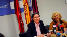 La alcaldesa Manuela Carmena junto a la edil Marta Higueras, presidenta del consejo de administración de Mercamadrid.