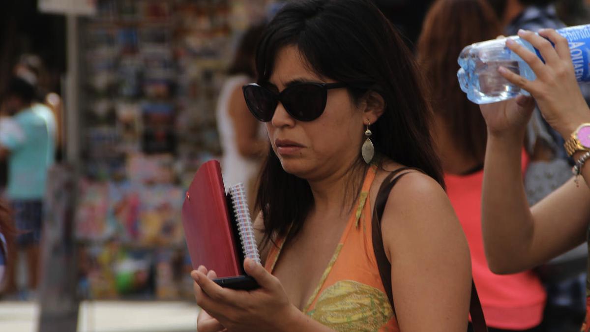 La concejal Rommy Arce usando su móvil. (Foto: AM)