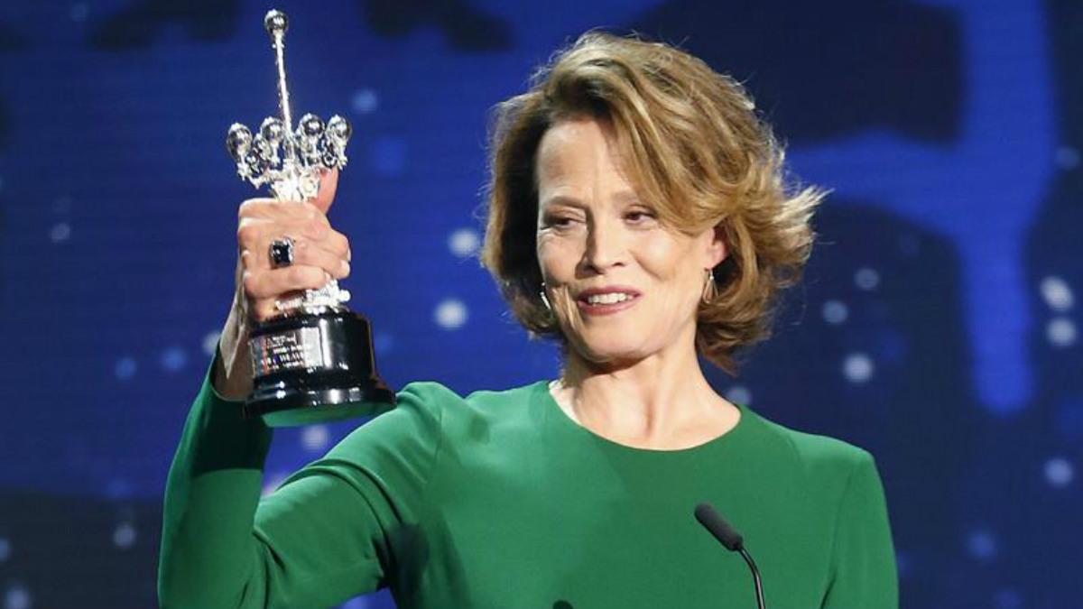 La actriz Sigourney Weaver con el Premio Donostia, galardón honorífico del Festival de Cine de San Sebastián, en la mano. EFE