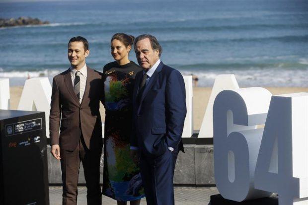 Joseph Gordon-Levitt, Sahilene Woodley y Oliver Stone posan en el photocall del Festival de Cine de San Sebastián. EFE