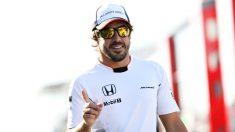 Alonso camina por el paddock. (Getty)