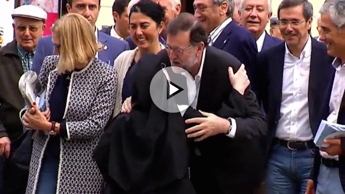 Dos monjas se saltan un semáforo para dar un beso a Rajoy en Lugo.