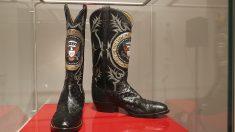Botas de vaquero con el medallón de EEUU, hechas de piel de avestruz y de rana. (Foto: AFP)