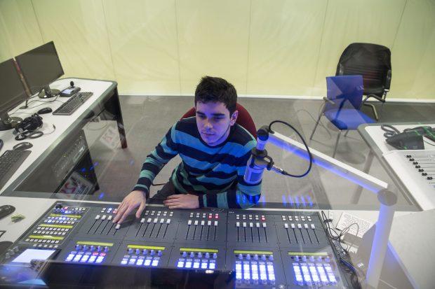 Controles de la emisora escuela M21. (Foto: Madrid)