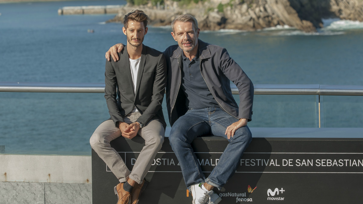 Pierre Niney y Lambert Wilson posan en el photocall del Festival de San Sebastián ubicado en el Kursaal, frente a la playa de la Zurriola. AFP